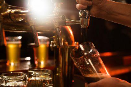 close-up-bartender-pouring-beer_171337-13762